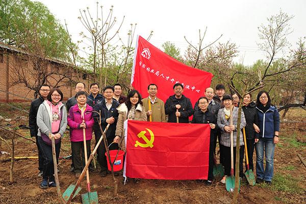 人才中心组织全体干部开展春季义务植树及登山健身活动